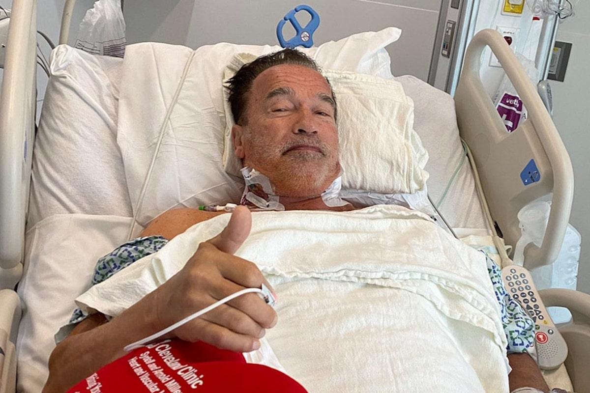 Arnold Schwarzenegger sul lettino d'ospedale