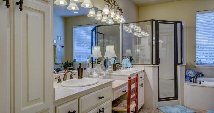 Come pulire il box doccia in vetro senza lasciare aloni: tutti i trucchi e i consigli