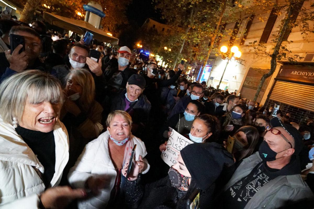 Gente protesta per misure anti-Covid in Campania
