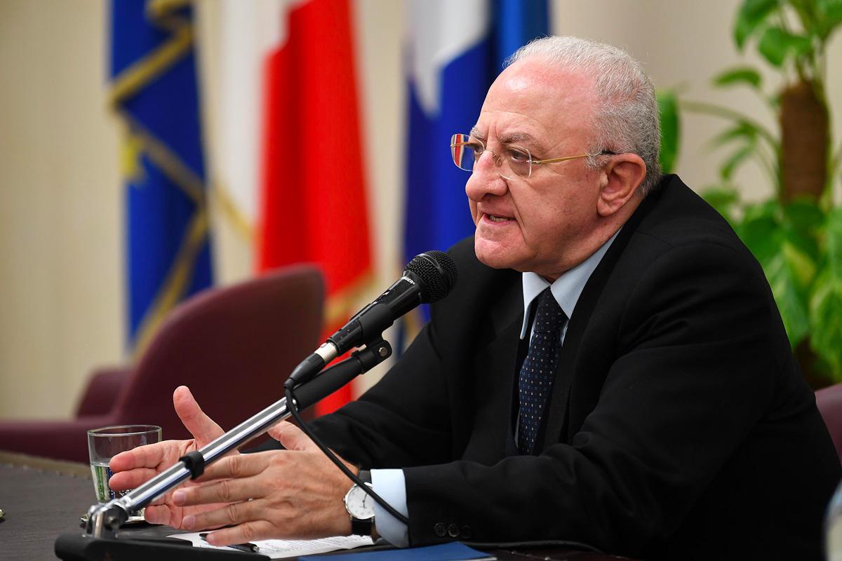 Vincenzo De Luca parla al microfono