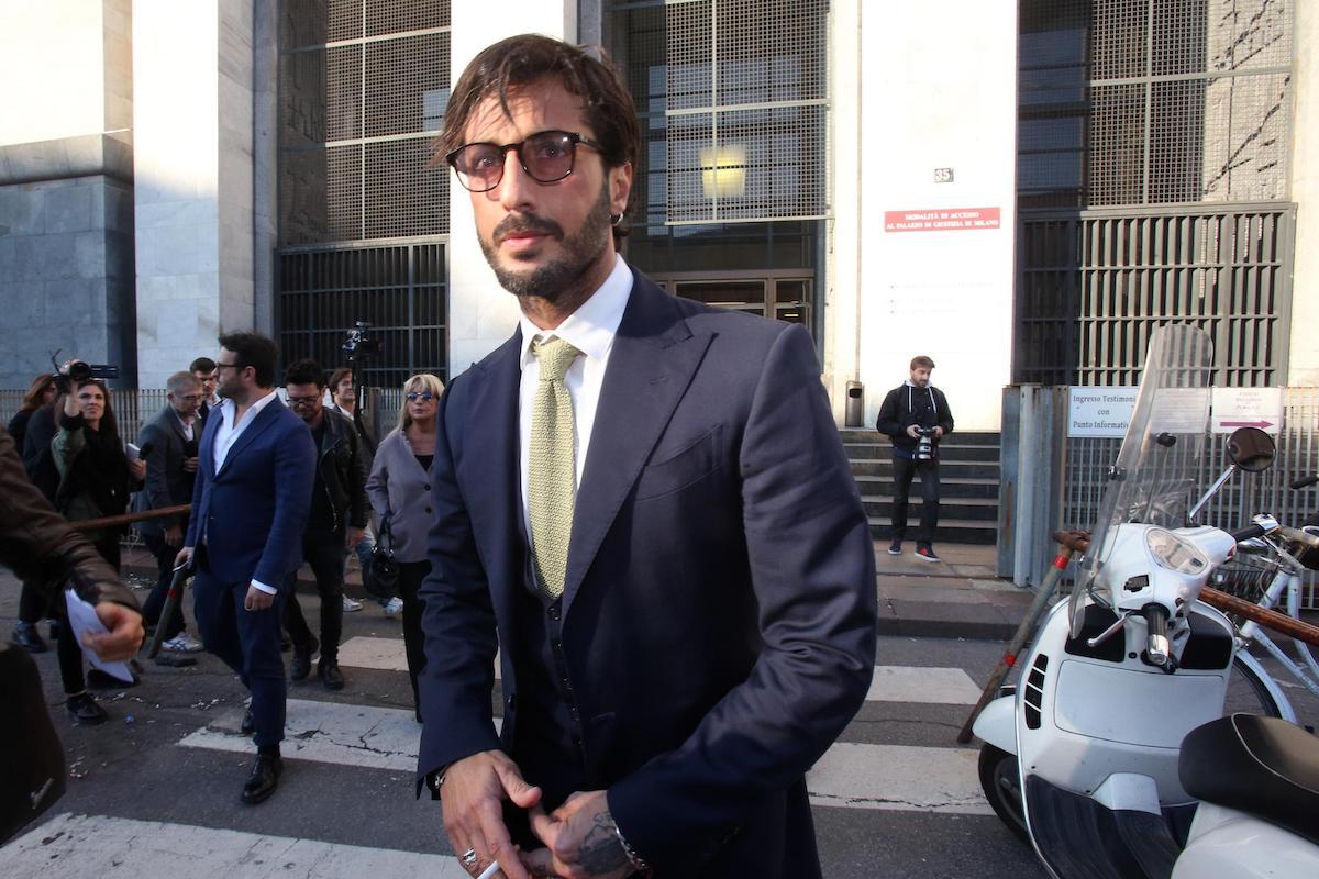 Fabrizio Corona esce dall'aula di tribunale