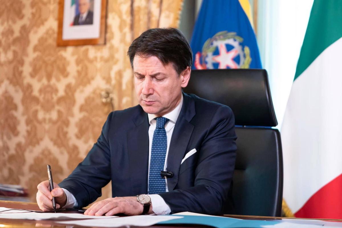 Giuseppe Conte firma Dpcm