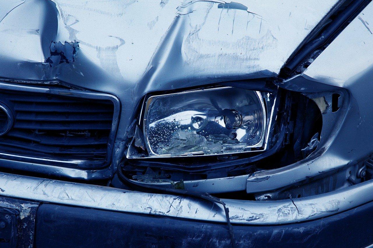 Scontro frontale tra due auto