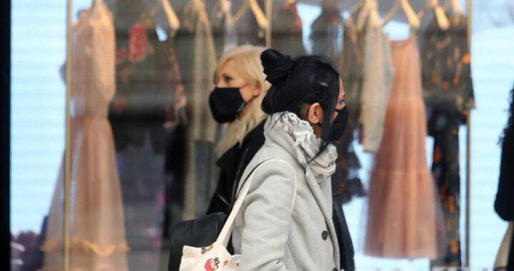 Donna passeggiano con la mascherina in Lombardia
