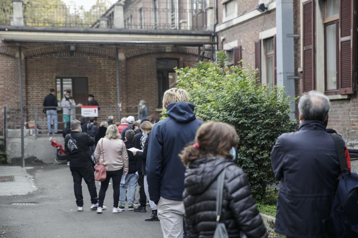 Persone fanno la fila in Lombardia