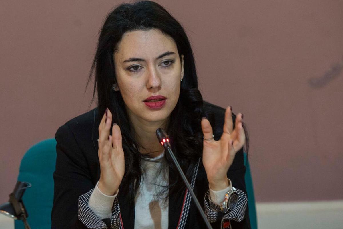 Lucia Azzolina parla al microfono