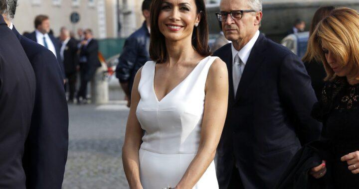 Mara Carfagna in abito bianco