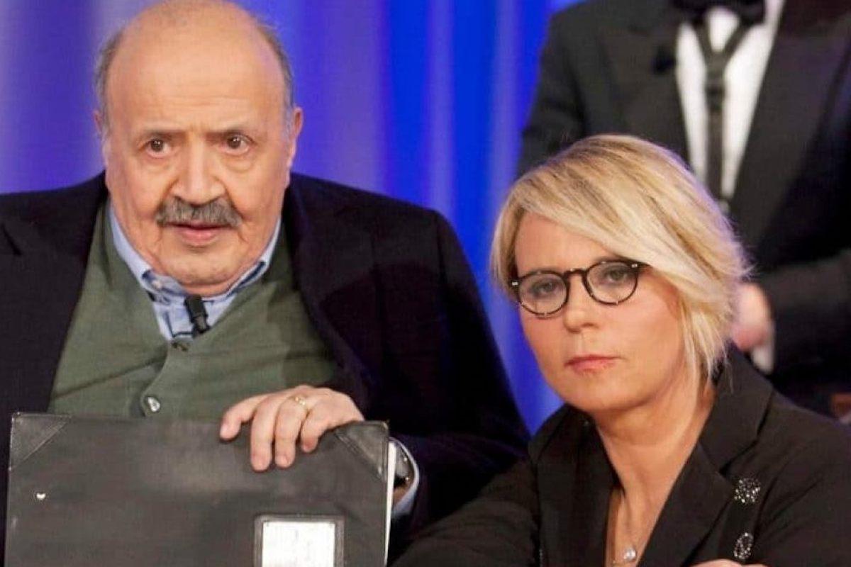 Maurizio Costanzo e Maria De Filippi davanti allo schermo