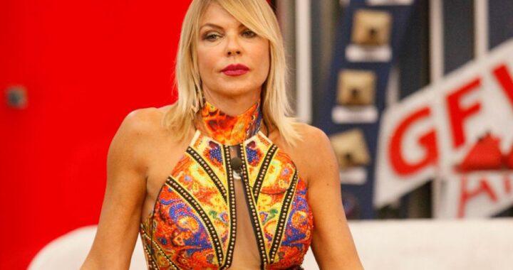 Matilde Brandi indossa un vestito colorato