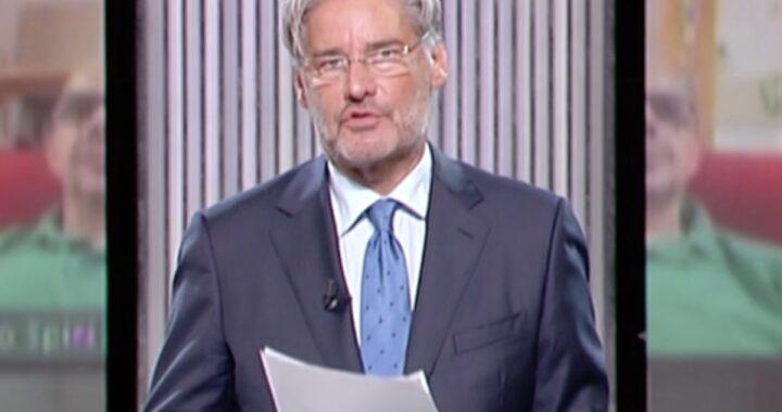 Paolo Del Debbio con la cartelletta in mano