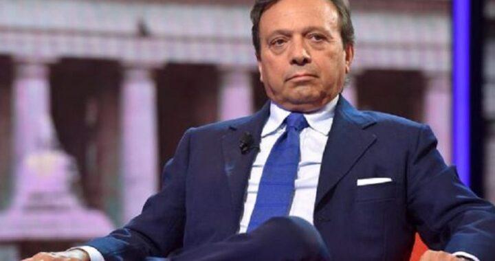Piero Chiambretti seduto sulla poltrona