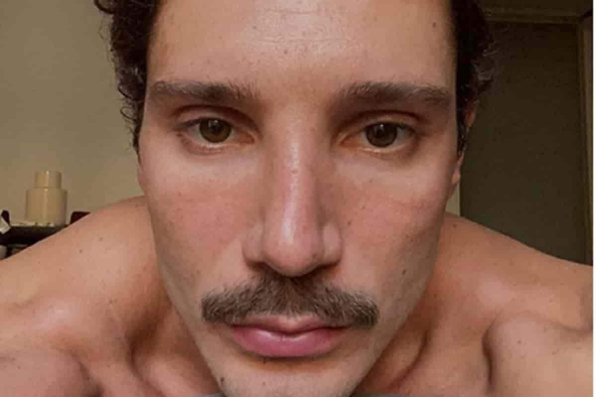 Stefano De Martino con i baffi