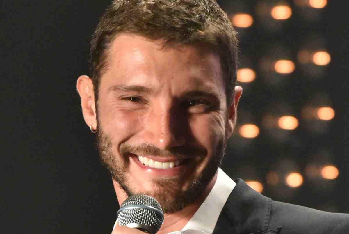 Stefano De Martino sorridente con il microfono