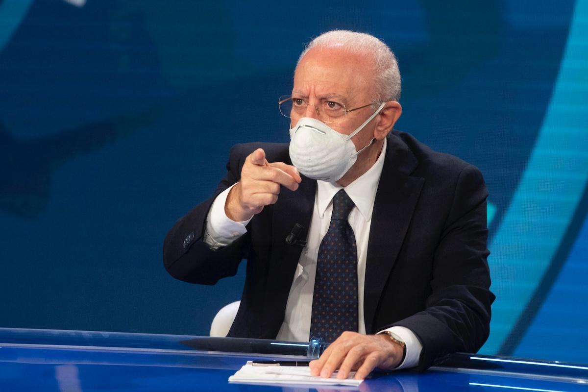 Vincenzo De Luca seduto ad un tavolo