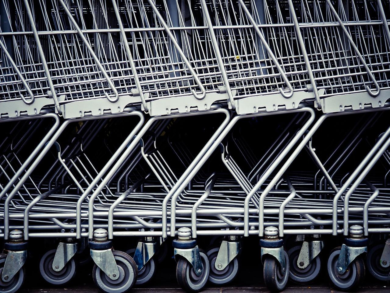 Carrelli sistemati al centro commerciale