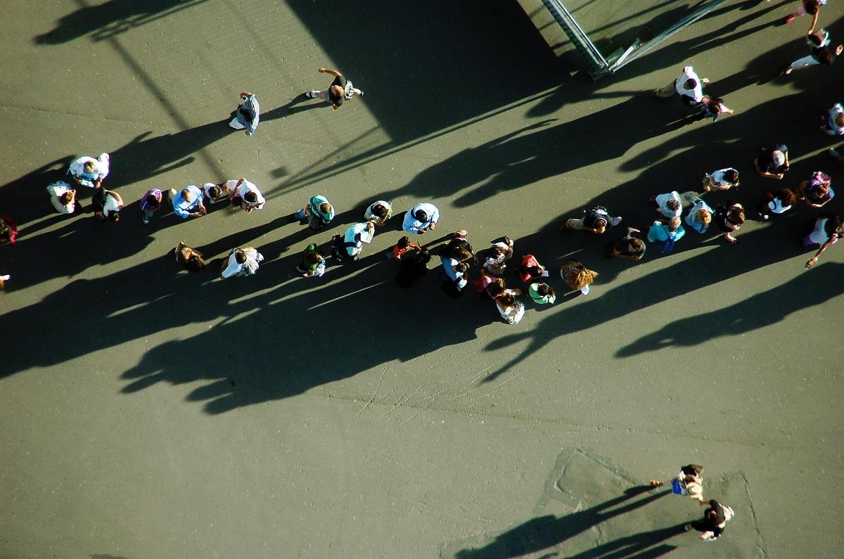 Tutti in fila al centro commerciale