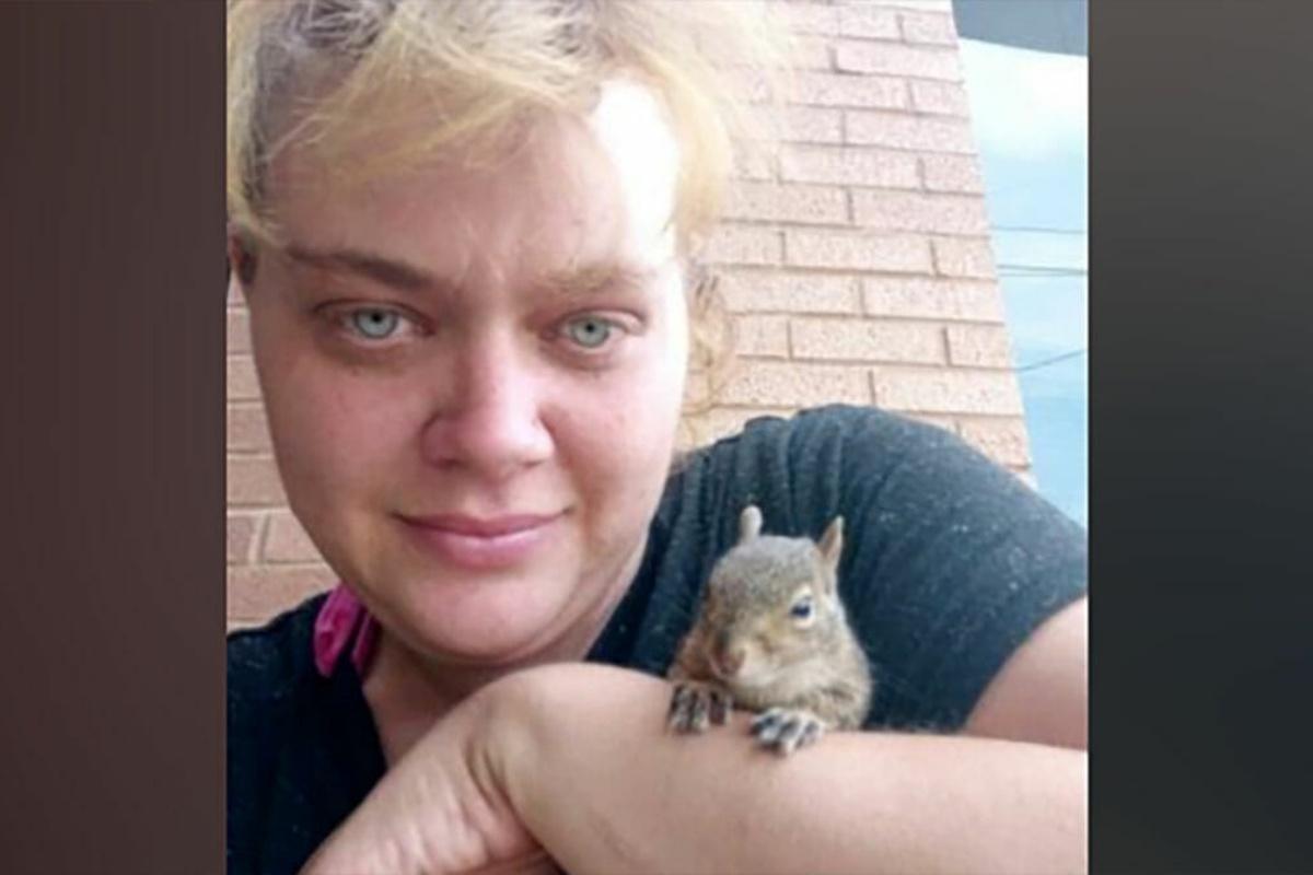 donna salva scoiattolo