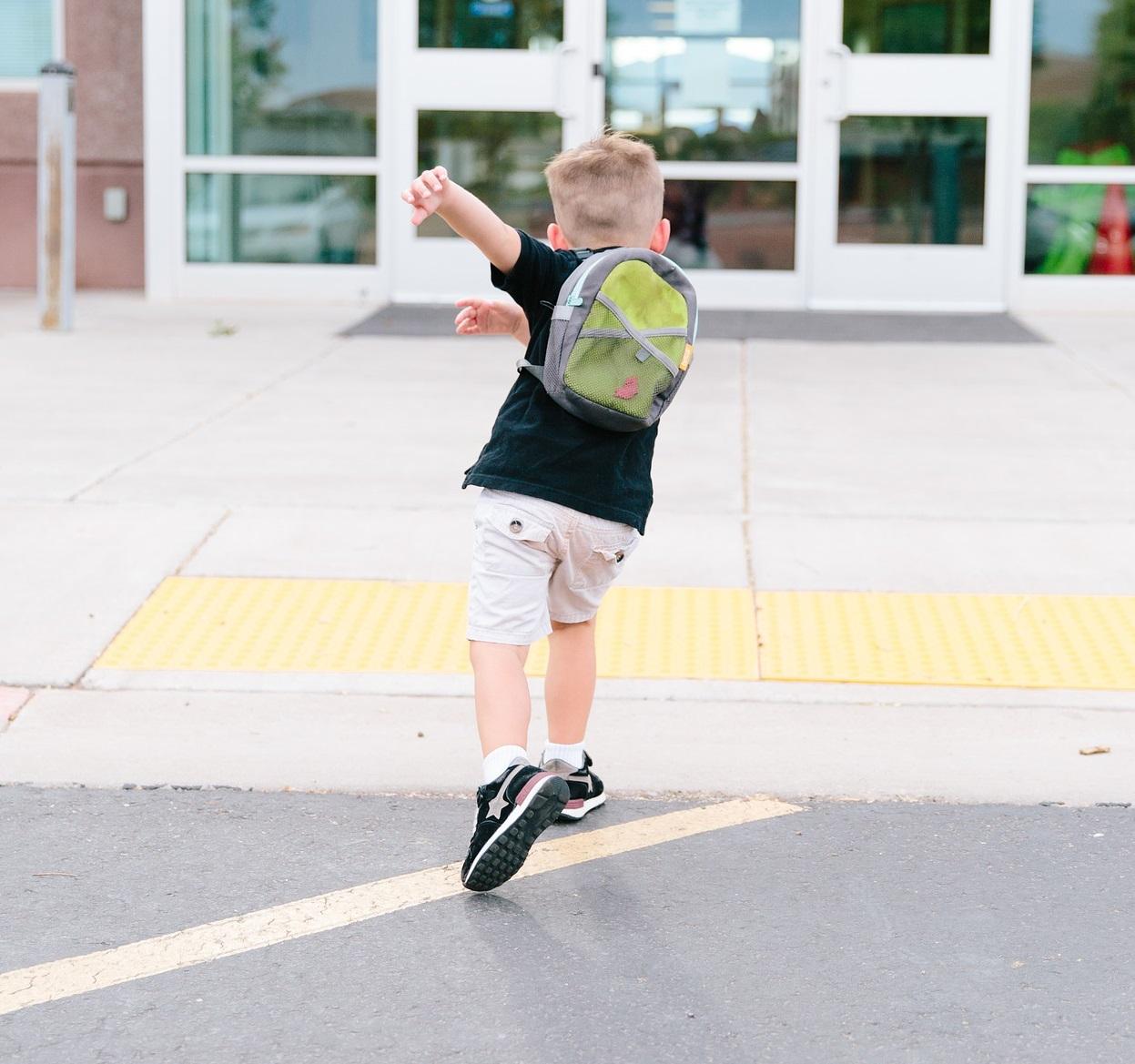Bimbo entra a scuola