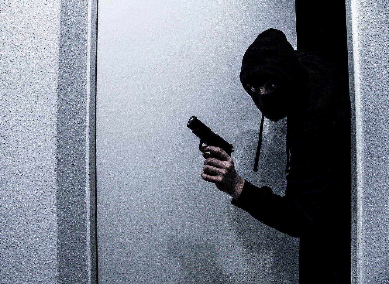 Ladri in azione in un'abitazione