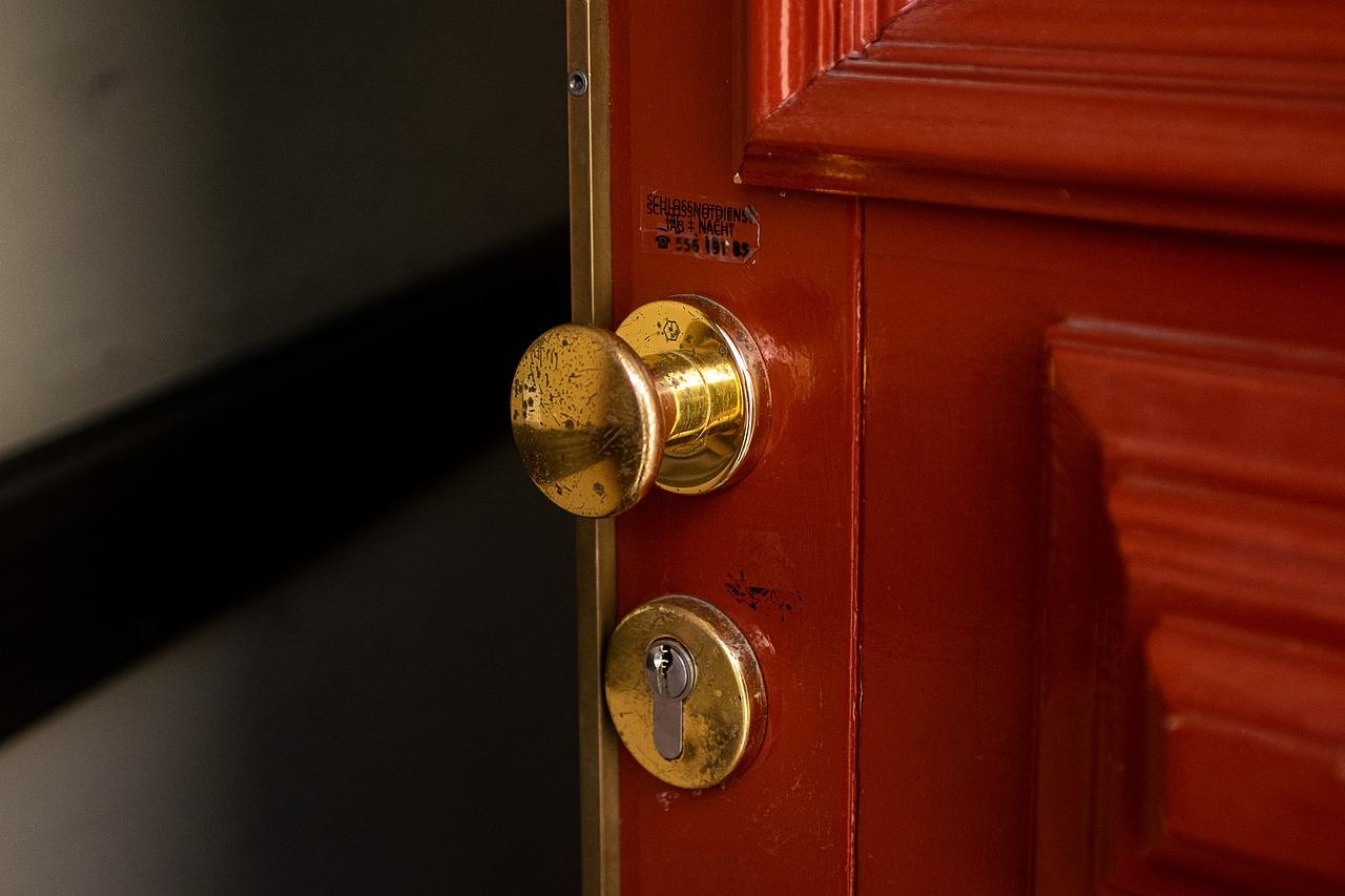 Porta lasciata aperta dai ladri