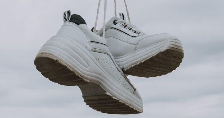 Come pulire le scarpe bianche e farle sembrare nuove: tutti i trucchi e i consigli