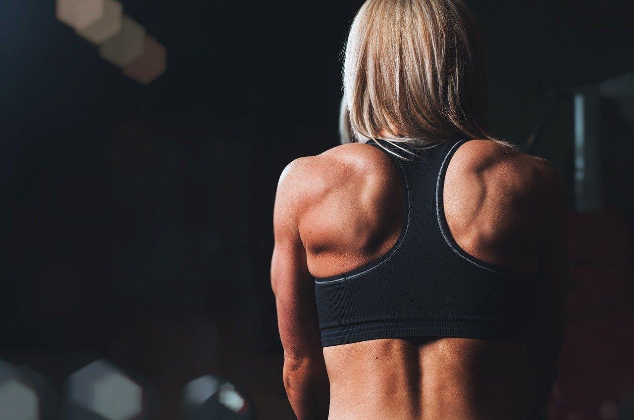 Donna  si allena con i pesi