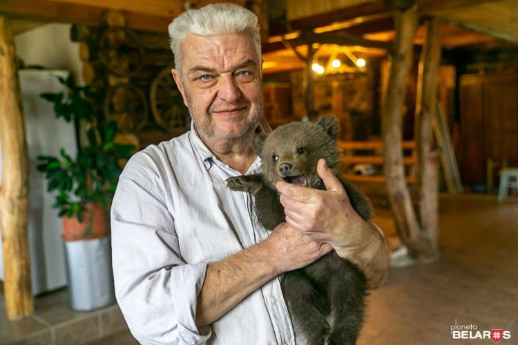 Nikolay Vasilievich con il cucciolo