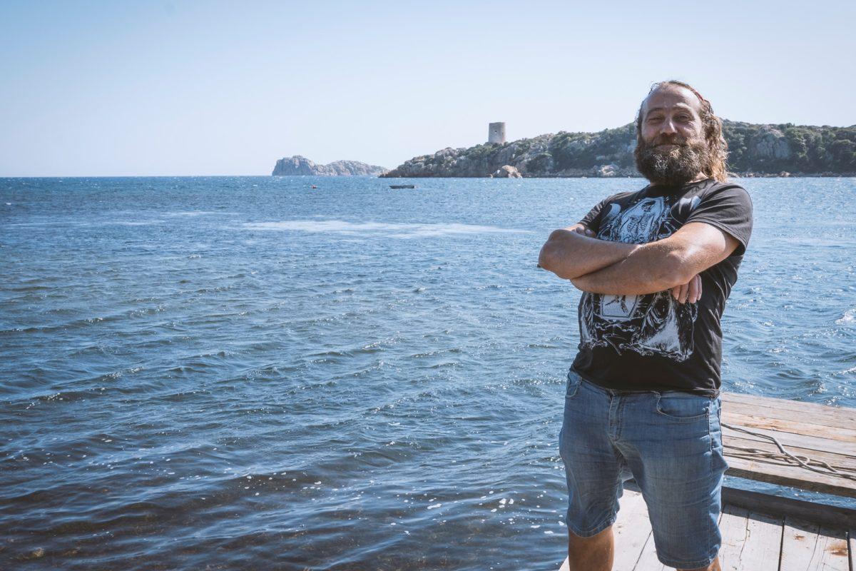 Alessio Madeddu in una località di mare