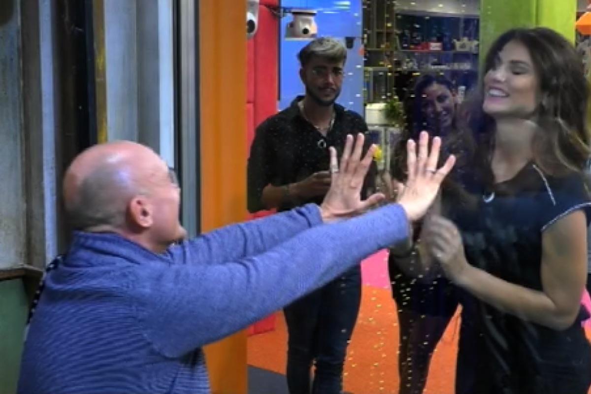 Alfonso Signorini saluta i concorrenti del Grande Fratello Vip