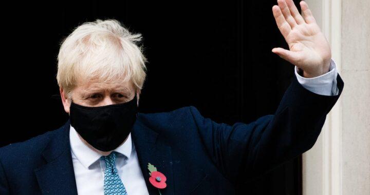 Boris Johnson indossa mascherina anti-Covid