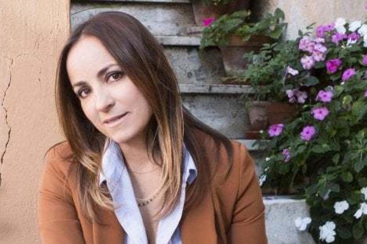 Camila Raznovich si siede sui gradini