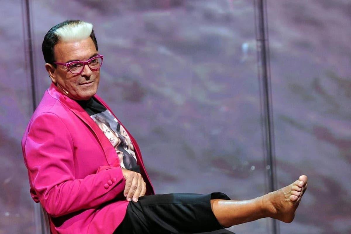 Cristiano Malgioglio fa vedere il piede