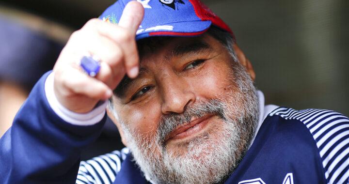 Diego Maradona alza il pollice