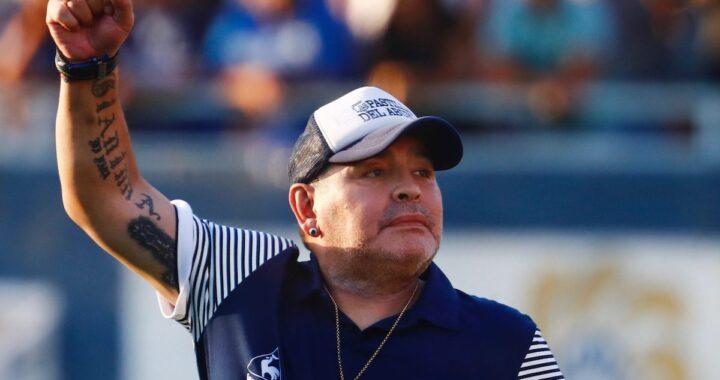 Diego Maradona solleva il braccio