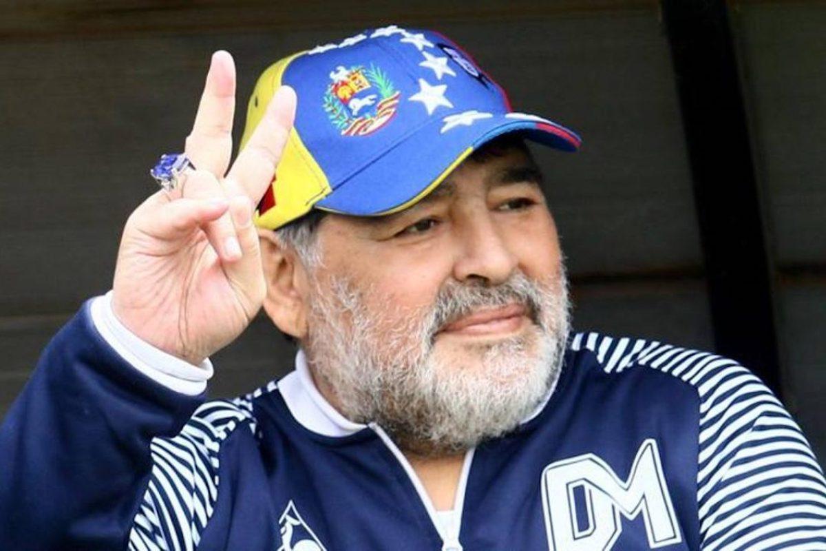 Diego Maradona fa il segno di pace