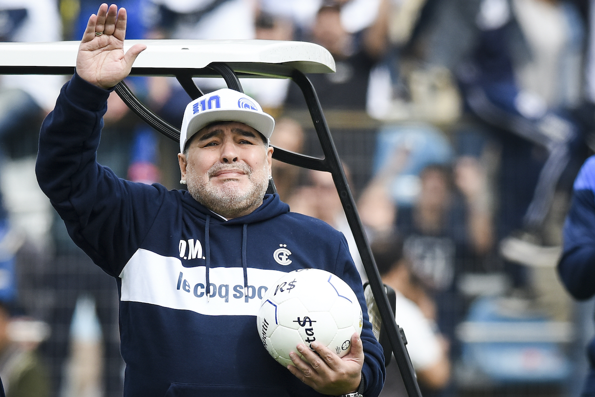Diego Maradona saluta in campo