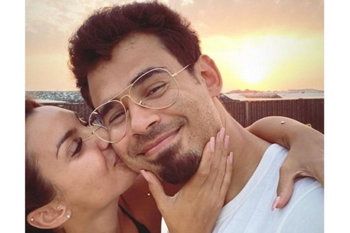 Afrojack baciato da Elettra Lamborghini sulla guancia