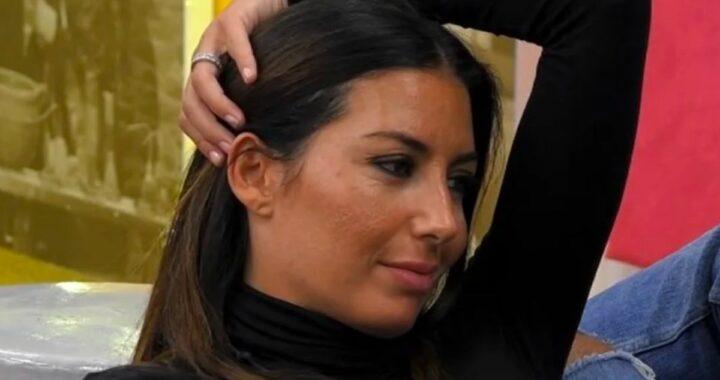 Profilo di Elisabetta Gregoraci che sorride
