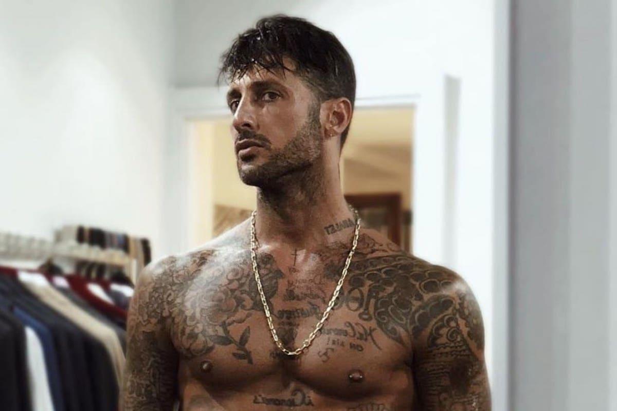 Fabrizio Corona a petto nudo