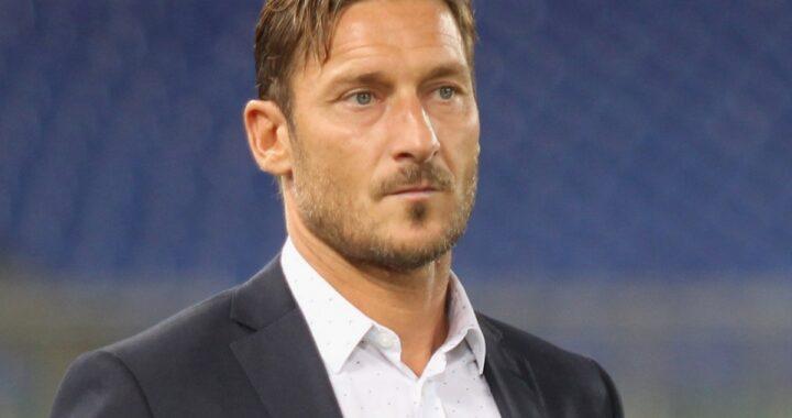 Francesco Totti in giacca e camicia