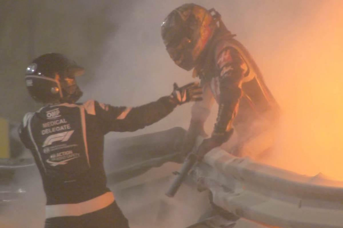 Grosjean esce dall'abitacolo