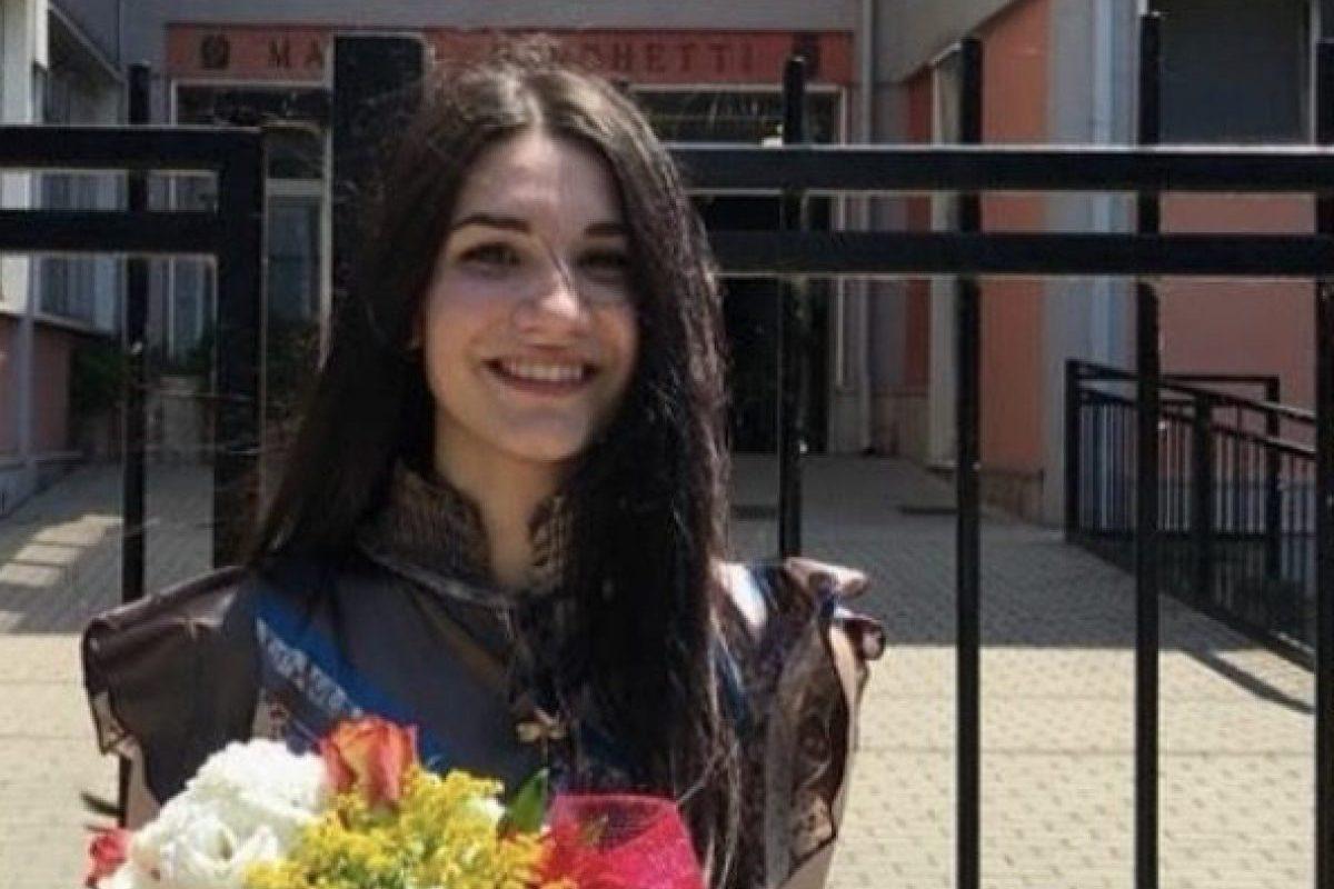 Chiara Santinello con un mazzo di fiori