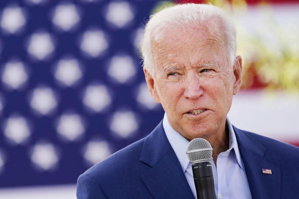 Joe Biden parla al microfono