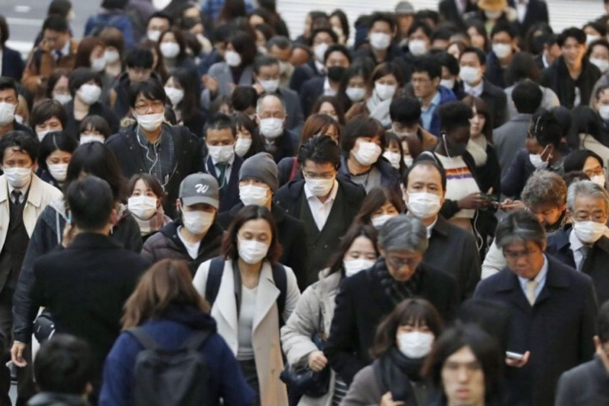 Strada piena di gente con mascherin
