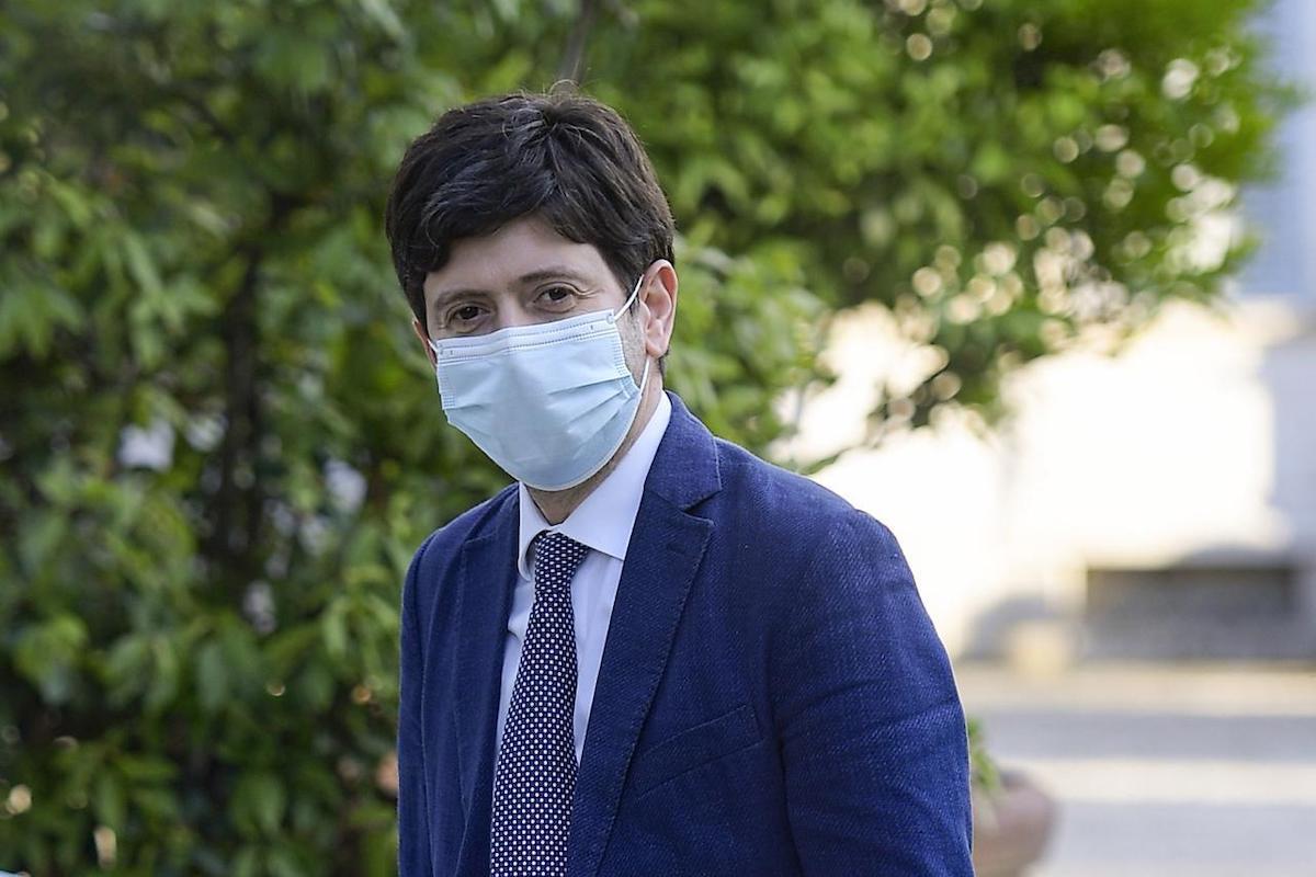 Roberto Speranza indossa la mascherina