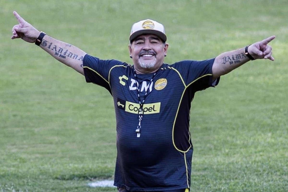 Maradona che sorride sul rettangolo da gioco