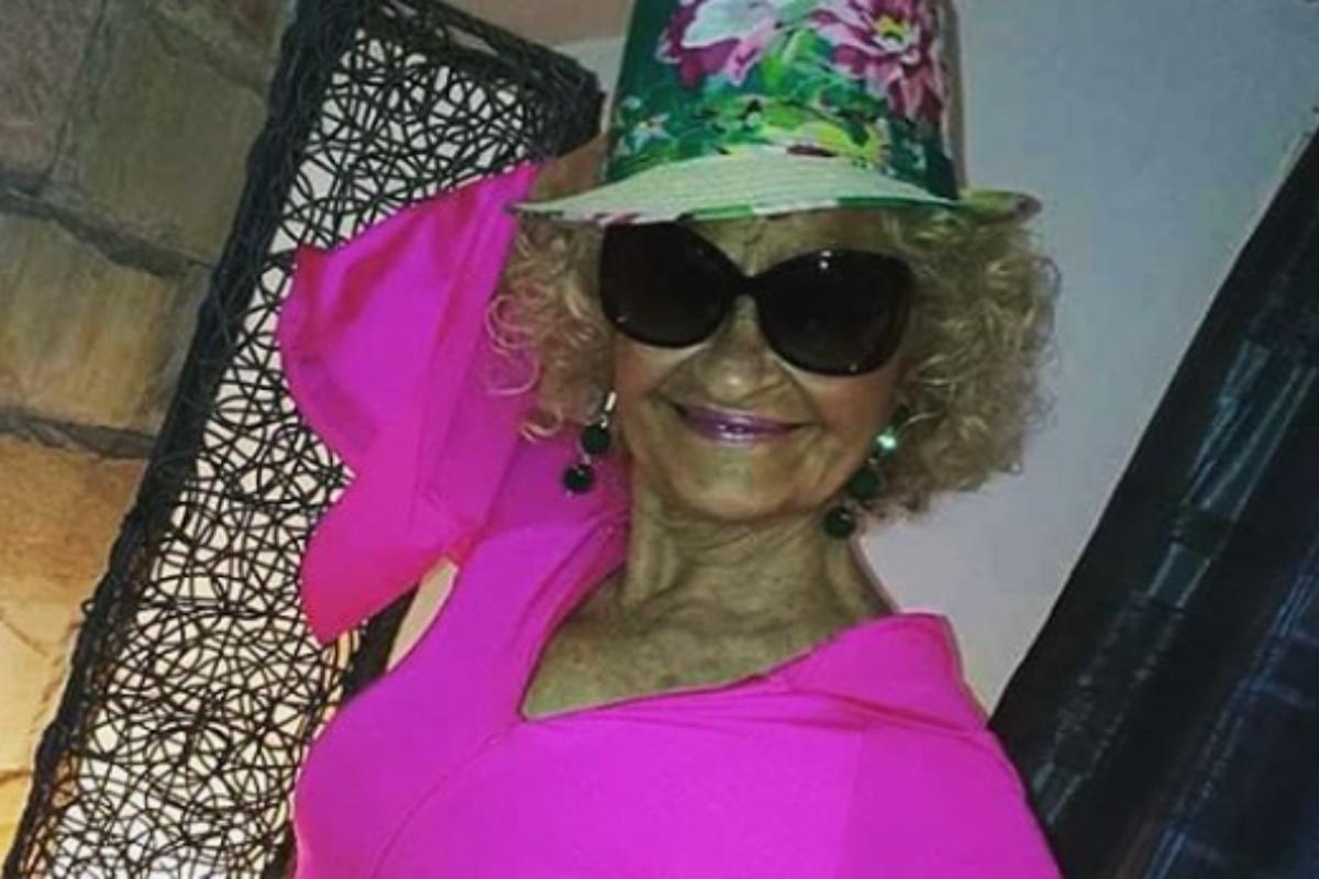 Angela Favolosa Cubista porta gli occhiali da sole