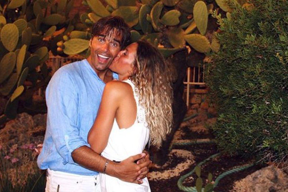 Massimiliano Morra e la fidanzata abbracciati