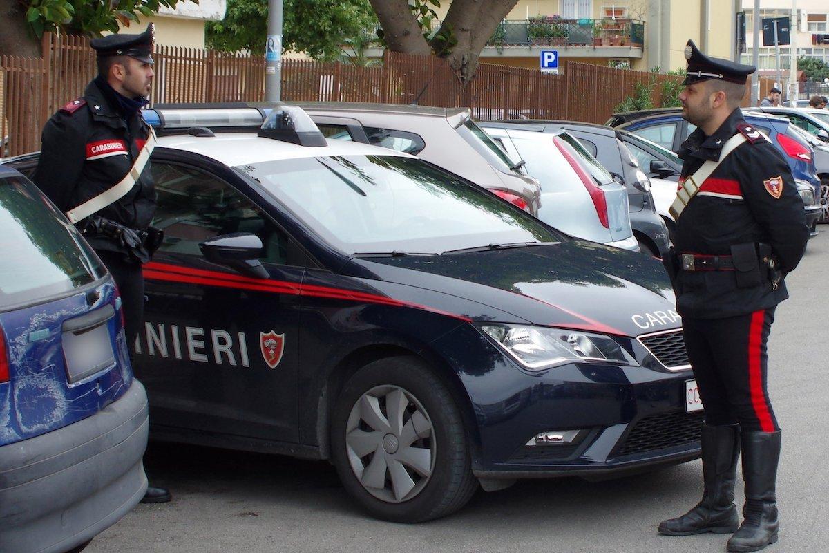 Carabinieri scendono dall'auto