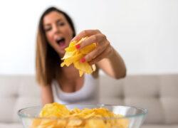 Giovane prende le patatine